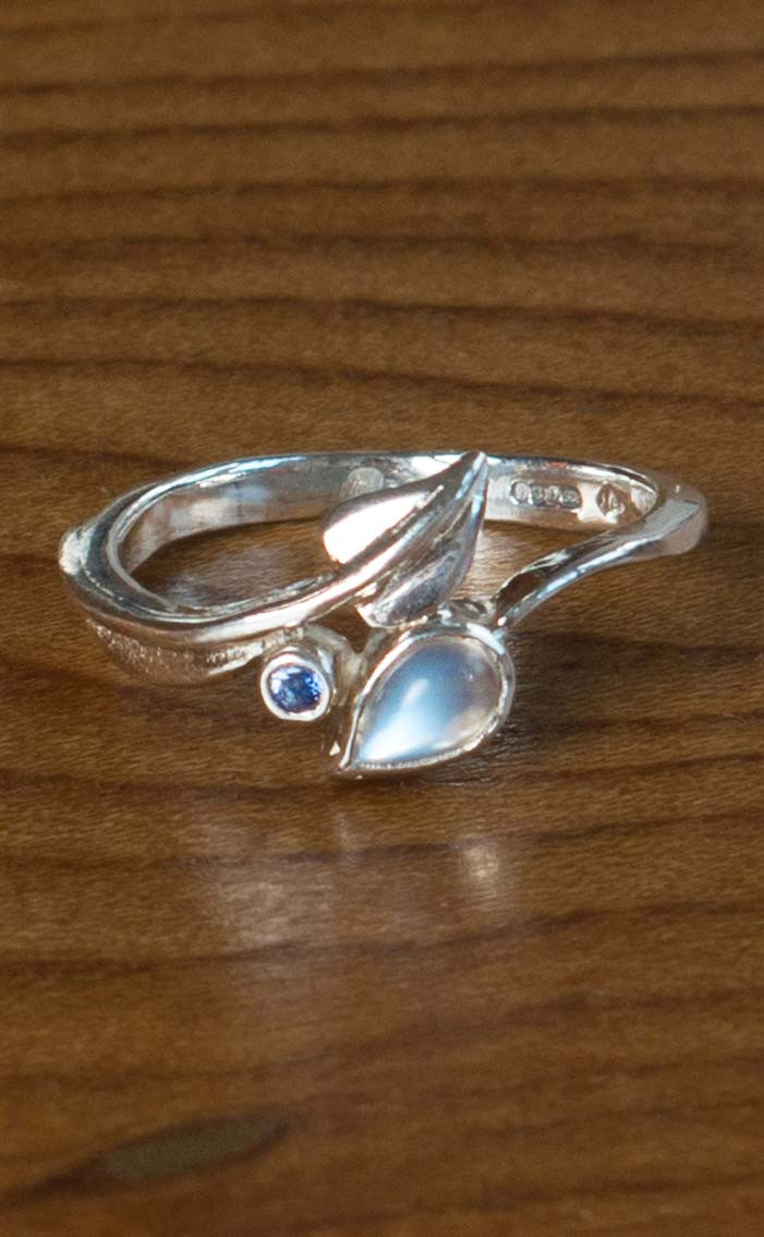 scotweb-fr142-silver-moonstone-sapphire-front